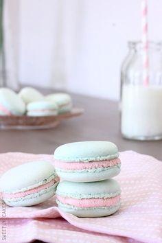 Macarons au chocolat blanc et confiture de fraises |