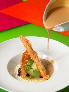 Restaurante Café de la Reina:  Sopa de café con arena de menta, falsa canela, ganache de chocolate y helado verde japonés.