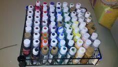 Utilice sobra bastidores de alambre para hacer este organizador de pinturas.