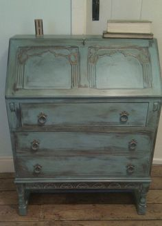 Bureau Annie Sloan 'Provence' with floral carving.