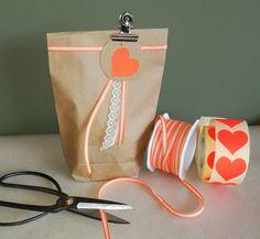 Klein cadeautje met lint, kant lint, een label, een sticker en een metalen klemmetje...