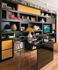 Escritório unido à sala de estar ou tv | via Simplesdecoracao.