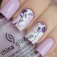 vernis laqués: parme, blanc en bases. motifs parme et violet