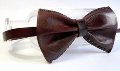 15€ Pajarita de hombre realizada en piel de ante y piel de cabra engrasada, con cierre ajustable metálico.