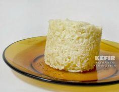 Aqui o bolinho de caneca pronto, vai coco ralado, manteiga, adoçante, 1 ovo e fermento