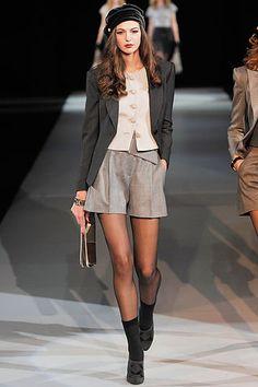 Resultados de la Búsqueda de imágenes de Google de http://www.femeninas.com/images/Desfiles-Moda-Milan/Emporio-Armani-Milan/chaleco-beige-blazer-smoking-negro-short-Emporio-Armani-26.jpg