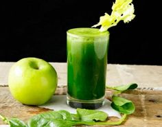 This super healthy spinach-apple juice drink is a green nutrient powerhouse beverage, that is full of vitamin A and C for antioxidants juicing for weightloss Best Breakfast Smoothies, Healthy Breakfast Muffins, Good Smoothies, Eat Breakfast, Best Smoothie Recipes, Juicer Recipes, Smoothie Banane Kiwi, Healthy Drinks, Healthy Recipes