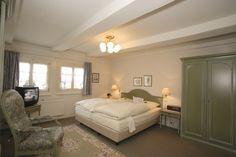 Die 6 Bauern-Doppelzimmer (22-26qm) sind in der 1. und 2. Etage des ca. 220 Jahre alten Gutshauses untergebracht. Diese entstanden aus den früheren Jungmädchenkammern der Bauernsfamilie und sind ausgestattet mit Dusche/WC, Fön, Sat-TV und WLAN. Das Hotel, Bed, Furniture, Home Decor, Double Room, Farmers, Wi Fi, Environment, House