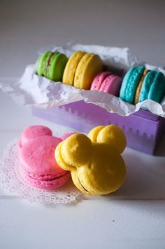 Sweet Treats: pastry, photography, life: Mickey Mouse Macarons & Disney Princess Macarons (GF) ~ I need these in my life! Disney Desserts, Cute Desserts, Disney Food, Disney Recipes, Mickey Mouse Desserts, Comida Disney, Mickey E Minie, Mickey Disney, Walt Disney