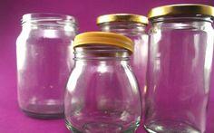 Los frascos o botellas de vidrio son elementos con un gran potencial decorativo. Claro que muchas veces podemos usarlos para guardar alimentos u objetos de librería pero, ¿por qué no darles un...