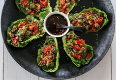 Hjertesalat er et ypperlig utgangspunkt for deilige wraps. Saftig, fresht, sunt og veldig, veldig godt! Her har jeg laget et deilig kjøttfyll med svinekjøtt, knasende sprø grønnsaker og asiatiske s…