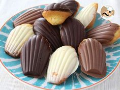 White, milk or dark, the crisp of the chocolate mixed with moist madeleines won't let you indifferent ! - Recipe Dessert : Madeleines with chocolate - video recipe ! by PetitChef_Official Madelines Recipe, Donuts, Cookie Recipes, Dessert Recipes, Chocolate Videos, Mantecaditos, Biscotti Cookies, Great Desserts, Strawberry Recipes