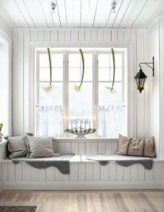 window seat in a Swedish decor Room Swedish Decor, Scandinavian Style, Scandinavian Christmas, Nordic Style, White Christmas, Swedish Bedroom, Swedish Style, Cozy Christmas, Nordic Design