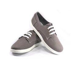 Casuales, cómodos y combinables. Tennis casuales de tela, gris con forro a cuadros negros/blancos/grises, agujetas y bordado blanco.