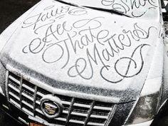 Уличный художник оставляет на капотах припаркованных машин оригинальные цитаты