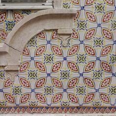 #azulejo #azulejos #tile #tiles #tiled #patterns #pattern #design #art #urban #urbanart #design #azulejospadrao #amantedelosazulejos #azulejosdeportugal #streetart #portugaldenorteasul #wanderlust #ihavethisthingwithtiles #lisboa #portugal #lisbonlovers #visitportugal #super_portugal #streetphotography #gerador #architecture #p3top #vintage #travel #super_portugal by azulejospadrao