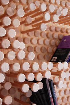 Messedesign Idee: flexibel & vielseitig – Pinpres Regal (flexible and versatile--pin bookshelf) Jet Table Saw, Furniture Inspiration, Design Inspiration, Design Ideas, Module Design, Yanko Design, Pin Art, Wood Design, Shelving