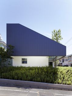 TY / Yo Yamagata Architects + AND Associates Cool blue huge metall roof, I did something like it on the 2nd year. It`s nice anyway. But it'll be a pity when a tree 'll die.