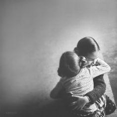 Emma Wood, adoration. El abrazo y la composición.