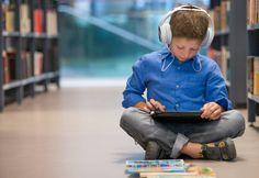 Un niño escucha música.