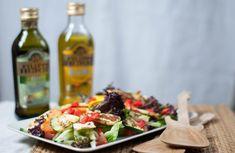 An Tagen mit Höchsttemperaturen von bis zu 35 Grad esse ich am liebsten einen selbst gemachten Sommer Salat mit gegrilltem Gemüse und Halloumi. Dieses Gericht ist leicht, macht nicht müde und man hat trotzdem etwas Warmes im Magen, das langfristig sättigt. Zucchini, Chili, Halloumi, Dairy, Cheese, Grad, Light Soups, Light Recipes, Leafy Salad