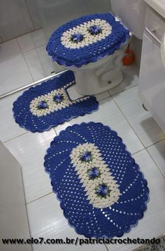 Jogo de banheiro feito com barbante de otima qualidade. Doily Patterns, Heart Patterns, Filet Crochet, Crochet Hats, Free Knitting, Knitting Patterns, Owl Bathroom, Diy And Crafts, Crafts For Kids