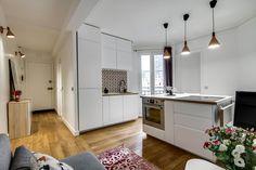 Cuisine ouverte sur coin salon dans appartement entièrement réaménagé dans le 19e arrondissement de Paris par l'agence d'architecture d'intérieur Transition Interior Design