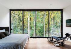 Jeśli Wasz dom otoczony jest piękną naturą, nie warto się od niej odgradzać murami. Duże #okna gwarantują cudowne widoki i wyjątkową atmosferę :) Kto chciałby taką szklaną ścianę w swojej sypialni? Ręka w górę!  Foto: http://bit.ly/2mU1H24