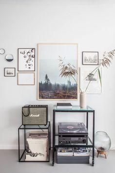 Tolle Idee für dein Zuhause: Verschiedene Prints kombiniert mit dem Plattenspieler und deiner Plattensammlung | Avenue Lifestyle