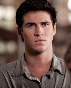 Dit is Gale. Een goeie vriend van Katniss. Katniss is eigenlijk verliefd op Gale en dat is ook andersom zo maar Katniss moet President Snow overtuigen dat ze verliefd is op Peeta en niet op Gale.