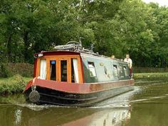 Have you been thinking about building your own boat, but think it may be too much hassle? Don't give up on your dream just yet! It is true that boat plans can be pretty complicated. Shanty Boat, Small Cottage Homes, Build Your Own Boat, Jon Boat, Aluminum Boat, Canal Boat, Narrowboat, Out To Sea, Boat Design
