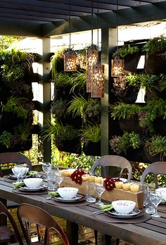 7 easy garden walls you can create: Hang a wall blanket with plant pockets. Inspiration via @templewebster