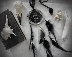 Voodoo Spell . attrape-rêves crâne plumes noir et blanc