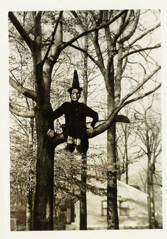 Vintage Halloween Witch in tree Vintage Halloween Photo Handmade Halloween Vintage Halloween vintage halloween postcards Photo Halloween, Fete Halloween, Holidays Halloween, Spooky Halloween, Halloween Costumes, Spooky 2, Victorian Halloween, Photos D'halloween Vintage, Vintage Halloween Photos