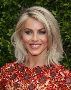 Pin for Later: 22 Blonde Bobs and Lobs to Inspire Your Summer Haircut Julianne Hough. Top 5 looks Longbob Hair, Blonde Lob Hair, Shoulder Length Blonde Hairstyles, Blonde Hair Over 40, Blonde Hair Long Bob, Blonde Long Bob Hairstyles, Medium Blonde Bob, Blonde Highlights Bob, Night Out Hairstyles