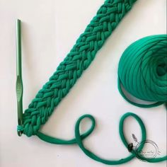 🎅🏻🤶🏻: arte em crochê - Salvabrani - image for you Learn how to create the Crochet Bead Stitch. The bead stitch is similar to a puff stitch but it is worked around a double crochet next to it instead.Video on how to make this flat braid c Crochet Cord, Crochet Diy, Irish Crochet, Crochet Crafts, Double Crochet, Crochet Stitches, Crochet Projects, Crochet Bags, Simple Crochet