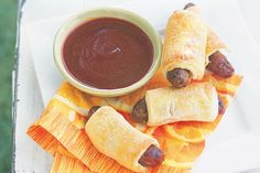 These super easy sausage rolls are perfect for a kid& birthday party. Spicy Tomato Sauce, Tomato Sauce Recipe, Best Food Photography, Best Party Food, Sausage Rolls, Christmas Breakfast, Food For A Crowd, Easy Snacks, Kid Friendly Meals