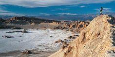 Valle de la Luna, San Pedro de Atacama.  Considerada como la capital arqueológica de Chile, sus montañas, desiertos, salares, pueblos, lagunas, volcanes, géisers y, sobre todo, su gente y sus atípicos visitantes la han convertido en los últimos años en uno de los destinos preferidos.