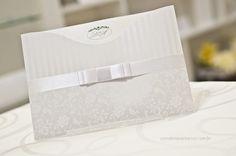 Convite de casamento com corte especial valoriza o brasão dos noivos.