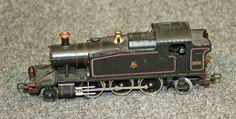 Locomotora-tènder BR 131 nº5574: Locomotora de vapor BR 131 nº 5574 de color negreamb detalls en vermell i daurat. És totalment metàl·lica. Locomotora -ténder BR 131 nº5574: Locomotora de vapor BR 131 nº5574 de color negro con detalles en rojo y dorado. Es totalmente metálica.