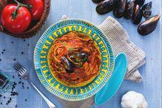 Gli spaghetti con le cozze sono molto semplici da preparare. Un primo dall'irresistibile condimento a base di pomodoro che impreziosisce i molluschi.
