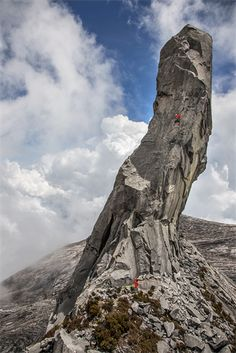 The column of Mount Kinabalu (Malaysia) - The earthquake-triggered rockfall of 5 June 2015 - (local hour) caused the collapse of the column and 19 people were killed. Kinabalu Park, Mount Kinabalu, Borneo, Mountaineering, Climbers, Rock Climbing, World Heritage Sites, Southeast Asia, Mount Everest