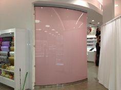 Cristal curvo con serigrafía absoluta rosa.