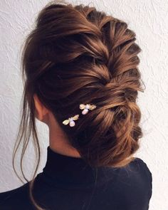 What's the Difference Between a Bun and a Chignon? - How to Do a Chignon Bun – Easy Chignon Hair Tutorial - The Trending Hairstyle Popular Hairstyles, Braided Hairstyles, Cool Hairstyles, Hairstyle Ideas, 1940s Hairstyles, Teenage Hairstyles, Medium Hairstyles, Hair Ideas, Homecoming Hairstyles