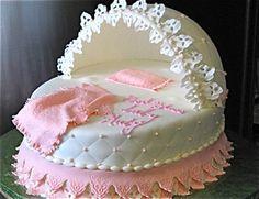 Torta de boda con aspecto de cuna para baby shower. #PastelBabyShower