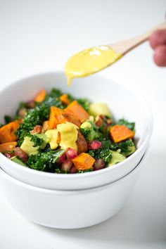 (Vegan and GF) Ensalada de Kale con Aliño de Tahini y Cúrcuma. - Las ensaladas de kale son perfectas para comer fuera de casa porque aguantan muy bien, de hecho están más ricas cuando pasan las horas.