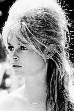 Brigitte Bardot, le style mythique d'une icône. La choucroute: Sa volumineuse crinière blonde ébourriffée a forcément inspiré les brushings crêpés des chanteuses Amy Winehouse ou Selah Sue.