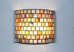 He encontrado este interesante anuncio de Etsy en https://www.etsy.com/es/listing/209464898/lampara-de-pared-vidrieras-mosaico