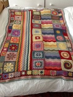 crochet blanket with pattern. This is crazy cool maybe one day i will do a granny square blanket Crochet Home, Knit Or Crochet, Crochet Granny, Crochet Crafts, Crochet Projects, Ravelry Crochet, Diy Crafts, Crochet Motifs, Crochet Squares