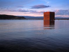 Constructed for Jean Nouvel's rusty cube on Lake Murten is no longer there (Keystone) Jean Nouvel, Cubes, Floating Architecture, Structured Water, Swiss Style, Medieval Town, Expo, Installation Art, Art Installations